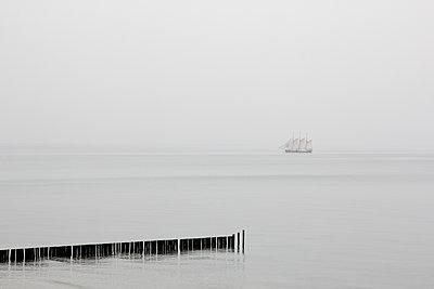 Segelschiff im Nebel - p039m1492668 von Christine Höfelmeyer