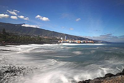 Am Strand von puerto de la cruz mit Blick auf den teide - p162m2030680 von Beate Bussenius