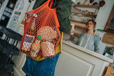 Bag of groceries in zero waste shop, Cologne, NRW, Germany - p300m2256402 von Mareen Fischinger