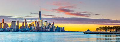 USA, New York, Manhattan, Lower Manhattan and World Trade Center, Freedom Tower across Hudson River - p651m2007131 by Alan Copson