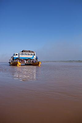 Fähre auf dem Fluss Mania - p741m2077012 von Christof Mattes