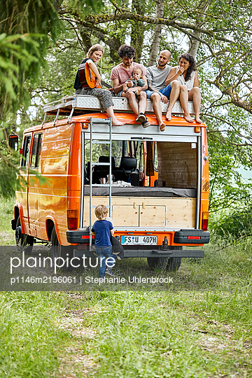Group of friends on the rooftop of a mobile home - p1146m2196061 by Stephanie Uhlenbrock