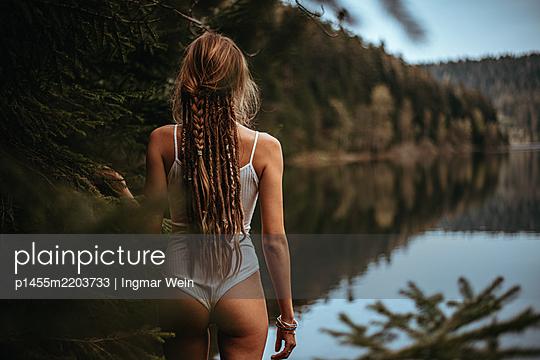 Frau posiert vor ruhigem Bergsee - p1455m2203733 von Ingmar Wein