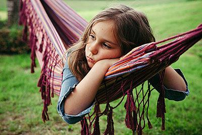 Portrait of sad girl lying in hammock - p300m1587268 von Annie Hall