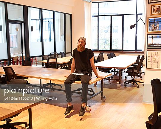 Mann in leeren Büroräumen - p1124m1150243 von Willing-Holtz