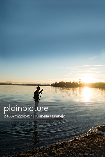 SUP in the evening - p1657m2262427 by Kornelia Rumberg
