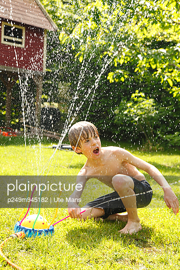 Playing with water - p249m945182 by Ute Mans