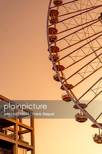 Ferris wheel in the evening sun - p401m2219845 by Frank Baquet