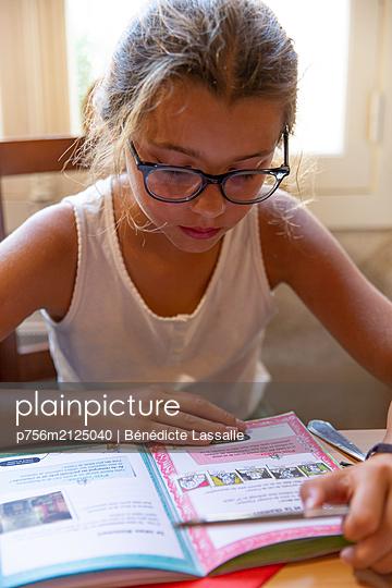 Girl reading  - p756m2125040 by Bénédicte Lassalle