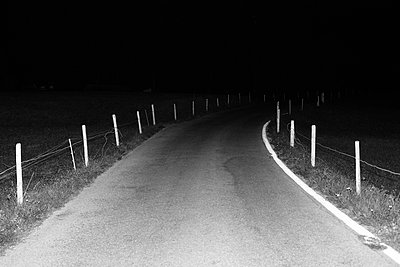 Street at night - p1177m2076534 by Philip Frowein