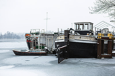 Germany, Berlin, Abteibrucke, River and fishing boats on winter day - p300m2250864 by Anke Scheibe