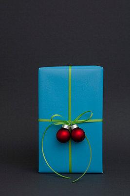 Weihnachtsgeschenk mit kleinen Christbaumkugeln - p4540691 von Lubitz + Dorner