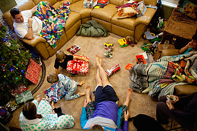 Young brothers opening gifts on xmas day - p924m895658f by David Jakle