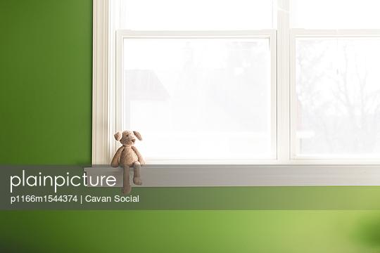 Teddy bear on window sill at home - p1166m1544374 by Cavan Social