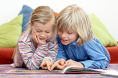 Brother and sister reading together - p1237m1048279 by Paul W. Nähr