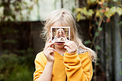 Mädchen mit Polaroid - p1348m1215633 von HANDKE + NEU