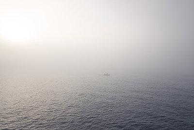 Fischerboot im Nebel - p354m1133795 von Andreas Süss