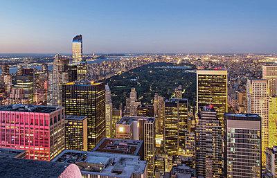 Blick auf Manhattan - p974m1110666 von Volker Banken