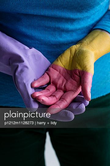 Rosa Hand - Hostie - p1212m1128273 von harry + lidy