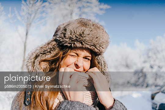 Young woman in winter clothing in snowy landscape - p586m2005073 by Kniel Synnatzschke