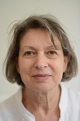 Gelassene ältere Frau - p1631m2222403 von Raphaël Lorand