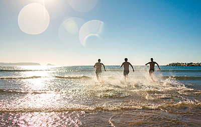 Friends running and jumping into the sea - p300m1189558 by David Pereiras