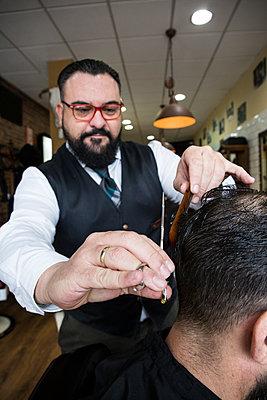 Barber cutting man's hair - p300m1206168 by Andrés Benitez