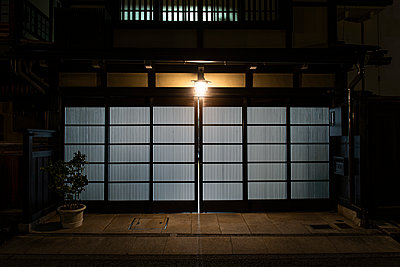 Japan, Takayama, Sliding door of traditional Japanese house at night - p300m2154462 by Andrés Benitez