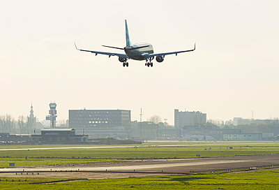 Airplane landing at Hague airport, Rotterdam, South Holland, Netherlands, Europe - p429m1519555 by Mischa Keijser