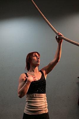 Artiste de cirque en résidence de création, inspiration, corde lisse. - p927m2196173 by Florence Delahaye