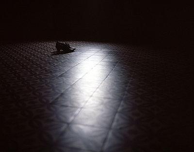 Schuhe im Dunkeln - p945m1028285 von Aurelia Frey