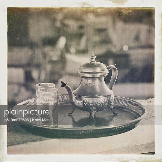 Altmodische Teekanne und Gläser auf einem Tablett - p819m972606 von Kniel Mess
