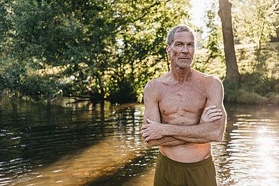 Reifer Mann in Badekleidung am Flussufer - p586m1171930 von Kniel Synnatzschke