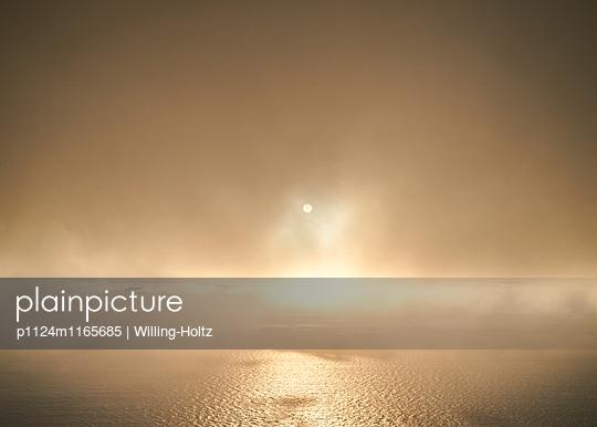 Sonne hinter dunklen Wolken - p1124m1165685 von Willing-Holtz