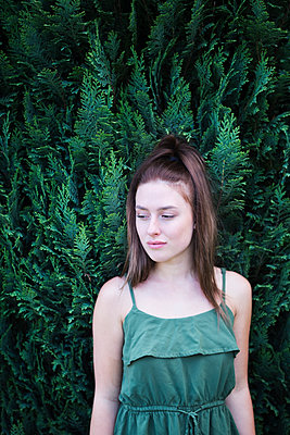 Young woman in the garden - p1149m1591451 by Yvonne Röder