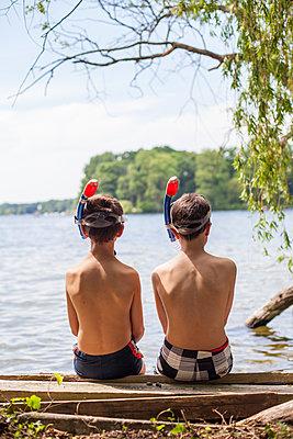 Zwei Jungs in Badehosen am Ufer - p1394m1439917 von benjamin tafel