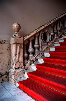 Roter Teppich auf Treppe - p3300026 von Harald Braun