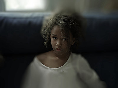 Portrait of dark-skinned girl with curly hair - p945m1480841 by aurelia frey