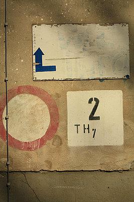 Verbotsschild, Zahl, Pfeil - p9791362 von Opelka