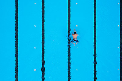 Open air pool, swimming lane, training, aerial view - p1292m2278255 by Niels Schubert