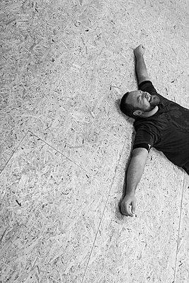 Sportler auf dem Boden liegend - p1611m2182326 von Bernd Lucka