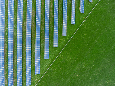 Germany, Bavaria, aerial view of solar panels - p300m1568289 by Michael Malorny