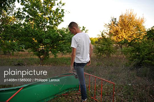 Jugendlicher mit Kurzhaarschnitt in der Natur - p1468m1585002 von Philippe Leroux