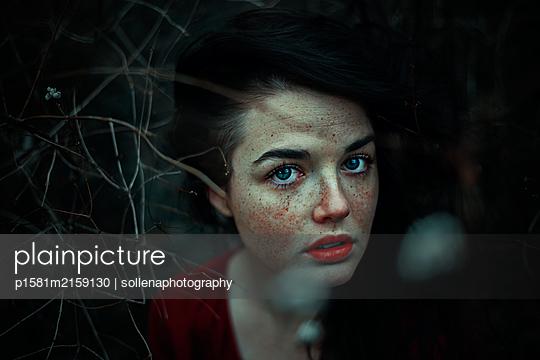 Frau mit Sommersprossen - p1581m2159130 von sollenaphotography
