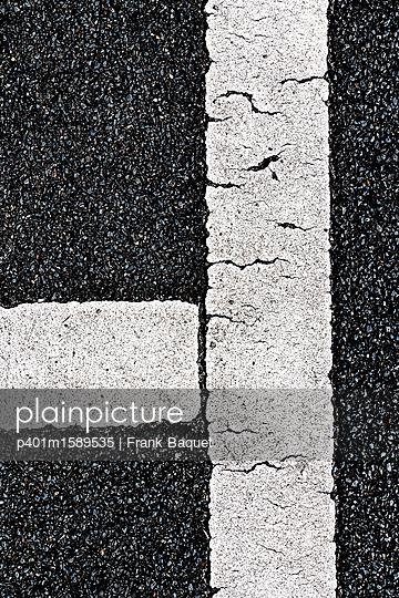Markierungslinien auf Asphalt - p401m1589535 von Frank Baquet