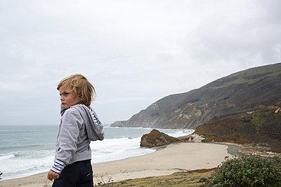 Junge am Strand - p1308m2057139 von felice douglas