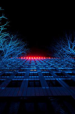 Bürogebäude bei Nacht - p470m1190639 von Ingrid Michel