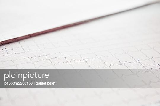 ECG recording - p1668m2288159 by daniel belet