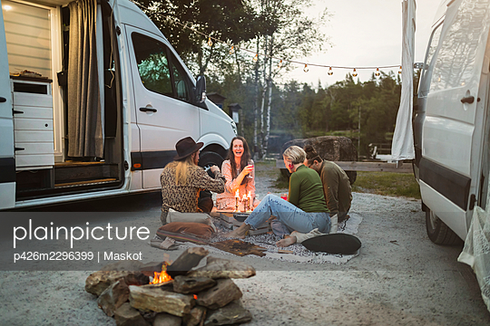 Happy male and female friends camping by motor home - p426m2296399 by Maskot
