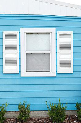 Fenster in einem Holzhaus - p045m816868 von Jasmin Sander